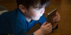 Les enfants passent trop de temps devant les écrans