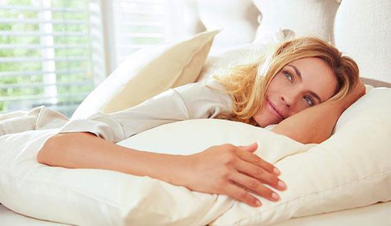 Femme qui dort, se repose sur un matelas Swissflex