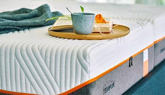 Petit-déjeuner sur un lit Tempur